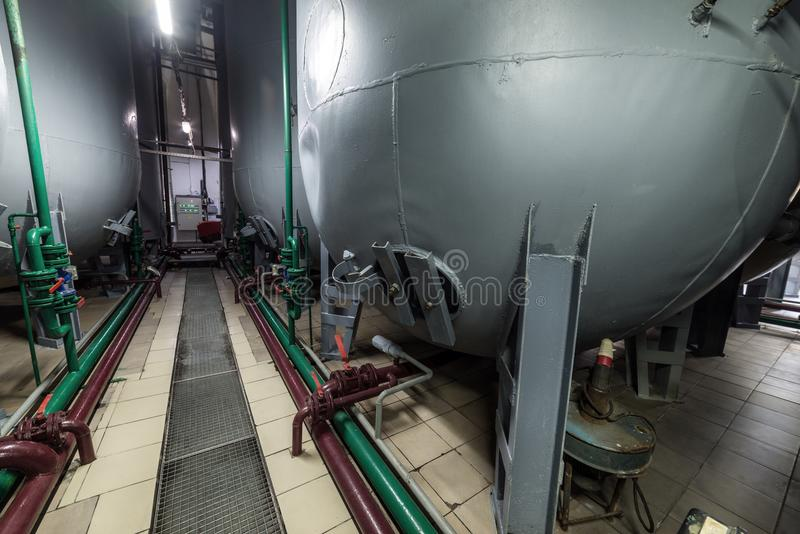 Halbkreisförmige graue Stahlbehälter für die Gärung der Hefemischung stockfotografie