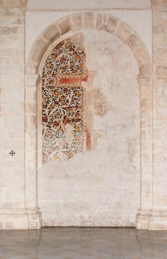 Halbkreisförmige Nische mit Fresko in der mittelalterlichen Kirche lizenzfreies stockbild