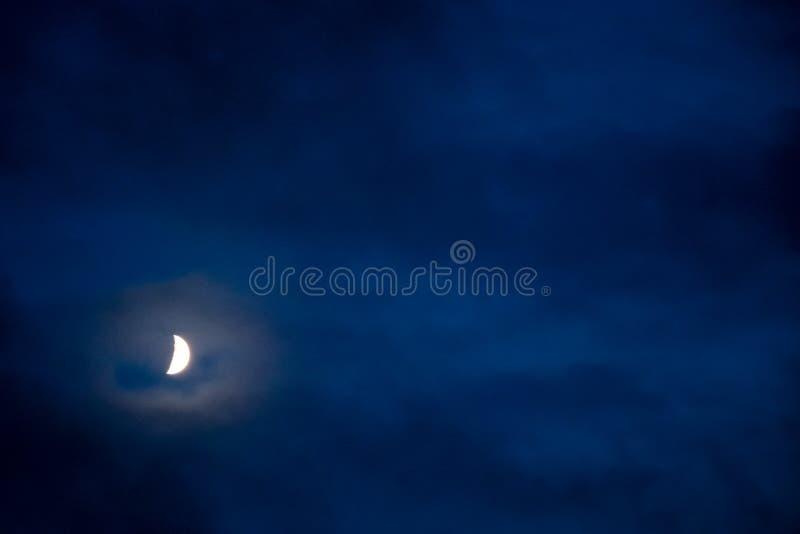 Halbmond auf einem dunklen nächtlichen Himmel lizenzfreies stockbild