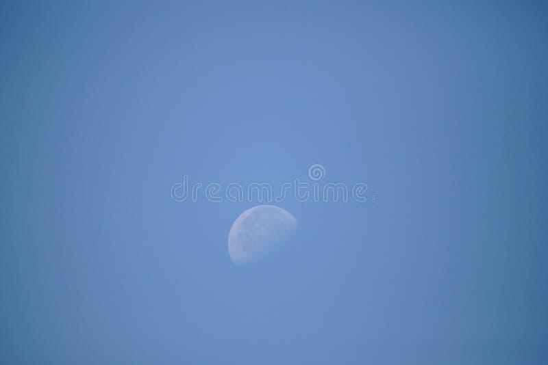 Halbmond im Himmel während des Tageslichts stockfotos