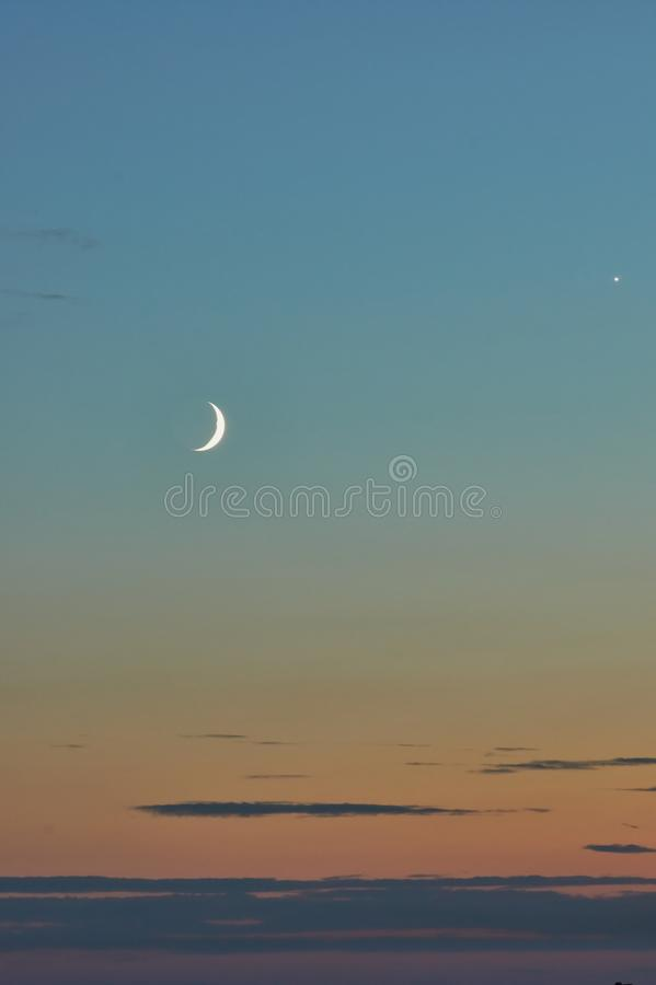 Halbmond im Sonnenunterganghimmel stockfotos
