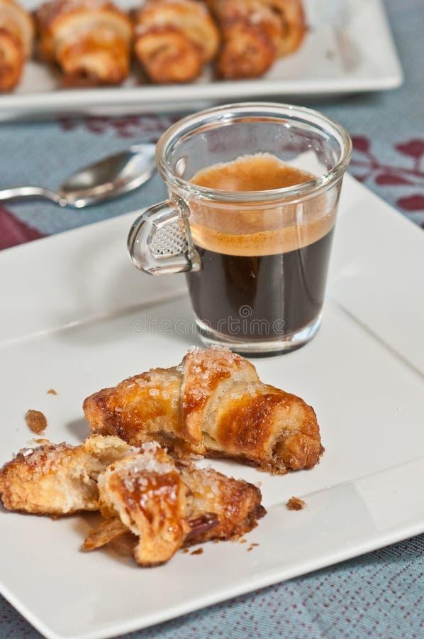 Halbmond mit Pekannuss und Kokosnuss mit Schale Espresso stockbilder