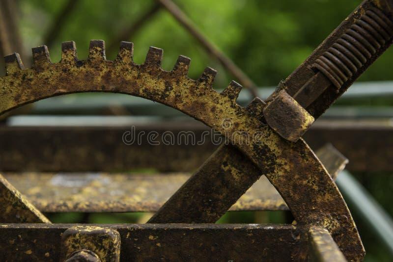 Halbrundform des rostigen Gegenstandes lizenzfreie stockfotos