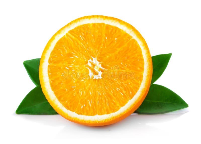 Halbschnitt reife orange Früchte mit den Blättern lokalisiert auf Weiß lizenzfreie stockbilder