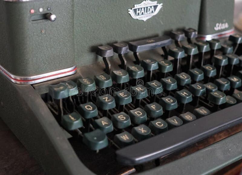 Halda skrivmaskin arkivbild