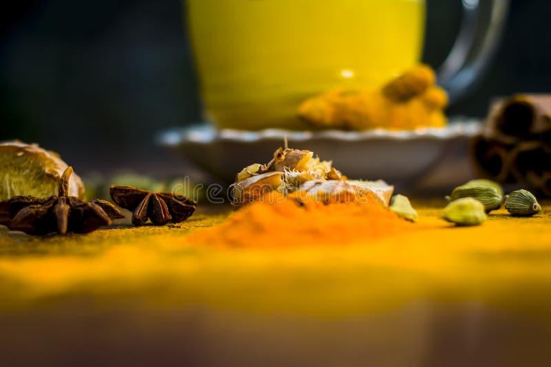 Haldi wala dodh或金黄变甜的牛奶用所有香料木表面上 库存照片
