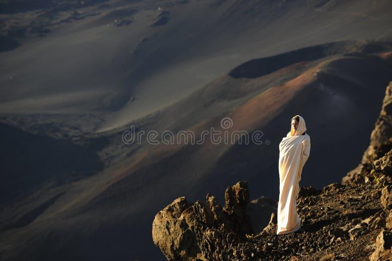 Download Haleakala девушки кратеров стоковое изображение. изображение насчитывающей девушка - 18395611