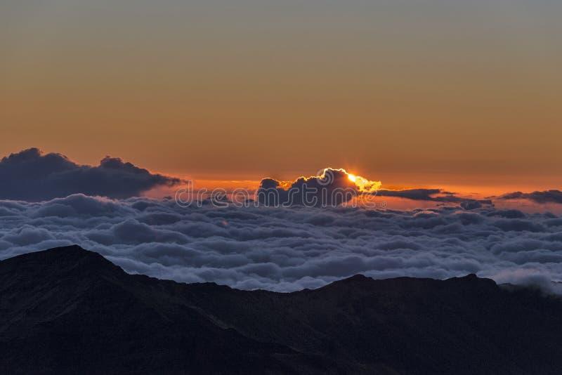 Haleakala-Krater bei Sonnenaufgang stockbild