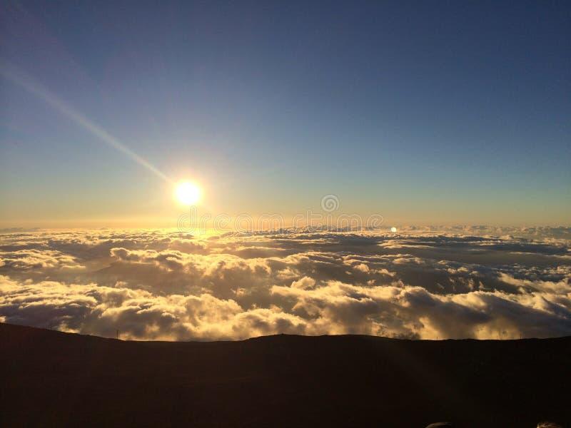 Haleakalazonsondergang boven de Wolken royalty-vrije stock afbeeldingen