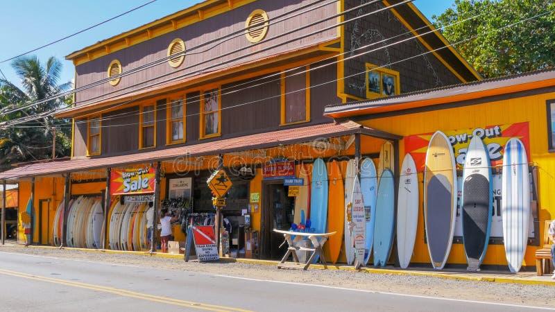 HALEIWA, ESTADOS UNIDOS DA AMÉRICA - 12 DE JANEIRO DE 2015: tiro largo de uma loja histórica da ressaca no haleiwa em Havaí imagens de stock