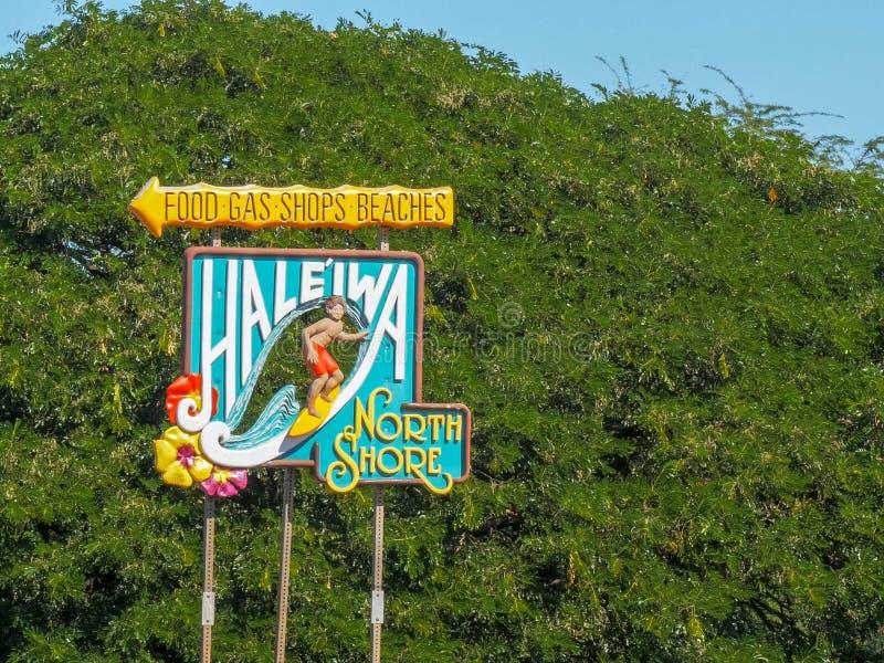 HALEIWA, LOS ESTADOS UNIDOS DE AMÉRICA - 12 DE ENERO DE 2015: la muestra del haleiwa en la orilla del norte de Oahu imágenes de archivo libres de regalías