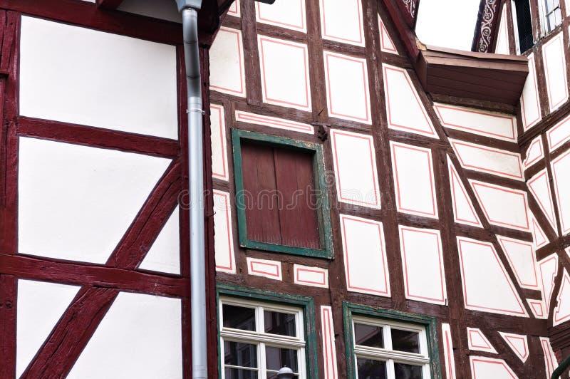 Half betimmerd huis met een gesloten houten venster stock foto's