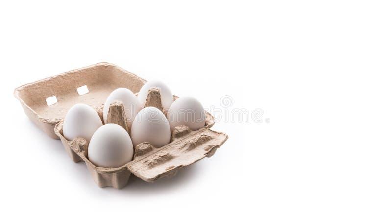 Half dozijn, zes, witte eieren in bruine kartoncontainer met deksel o stock afbeeldingen