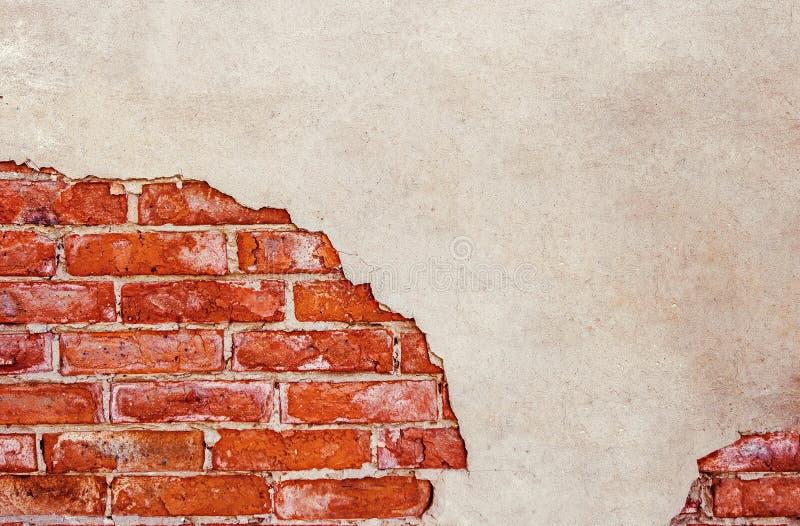 Half gepleisterde bakstenen muur Half doorstane bakstenen muur heel wat exemplaarruimte Gebarsten muur Oud architectuurdetail gru royalty-vrije stock foto's