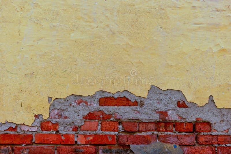 Half gepleisterde muur met strand op eronder royalty-vrije stock foto