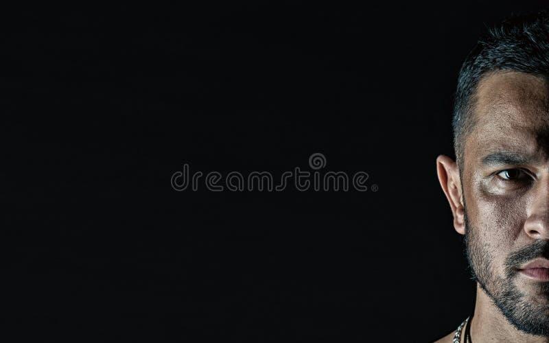 Half gezicht van de ernstige mens Macho met baard op ongeschoren gezicht Gebaarde kerel met modieus kapsel op zwarte achtergrond  royalty-vrije stock afbeeldingen