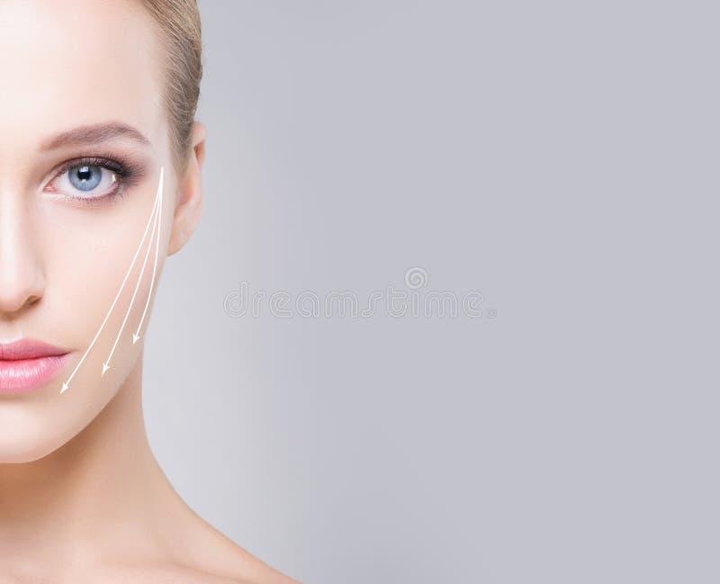 Half gezichtsportret van aantrekkelijk meisje met mooie blauwe ogen a stock foto's