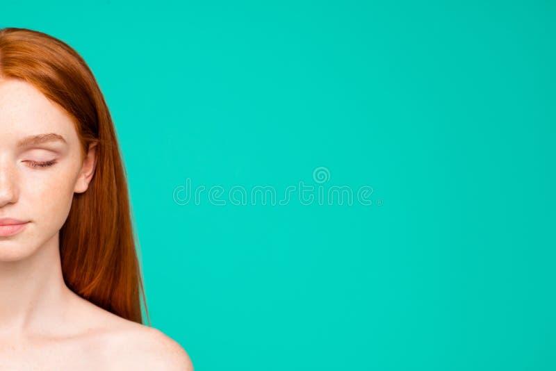 Half gezichtsportret van naakt roodharig meisje met glanzende zuivere schoon royalty-vrije stock afbeeldingen