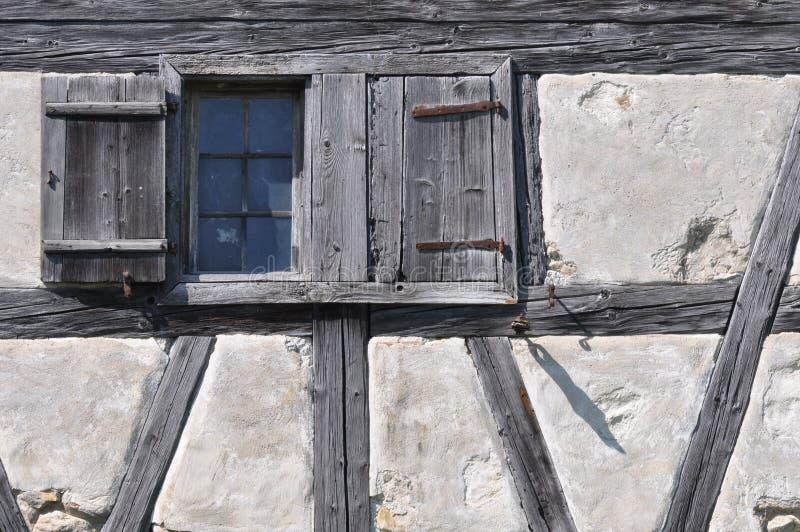 half hus timrat väggfönster royaltyfria bilder