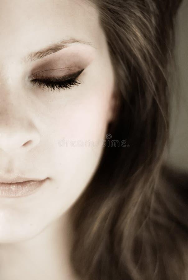 Half jong womansgezicht met gesloten ogen stock foto's