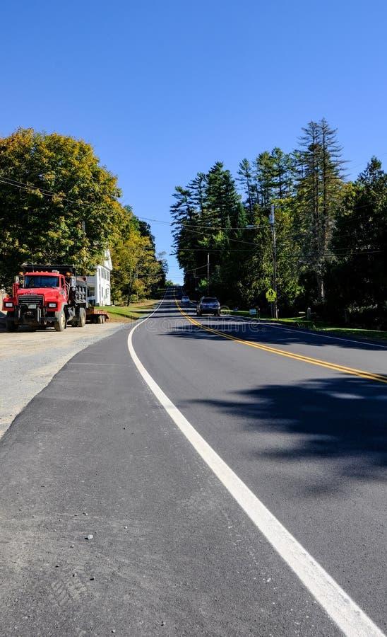 Half lege weg gezien reizend in ver, door een bos in Vermont, Verenigde Staten royalty-vrije stock afbeeldingen
