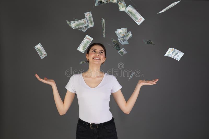 Half lengteportret van vrolijk blij meisje die in witte t-shirt van douche van 100 honderd dollars genieten royalty-vrije stock fotografie