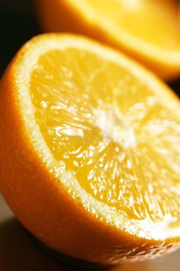 half saftiga apelsiner royaltyfri bild