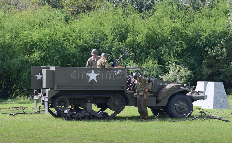 Half-track M3 dans la reconstitution historique de WWII image stock