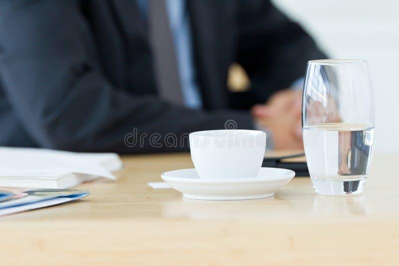 half vatten för tomma glas royaltyfri foto