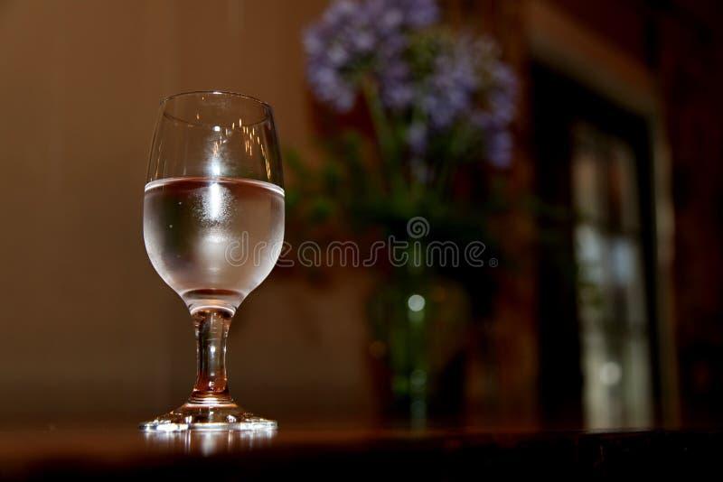 Half volledig glas royalty-vrije stock afbeeldingen
