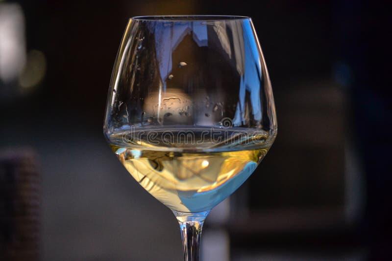 Half volledig glas witte wijn royalty-vrije stock afbeelding