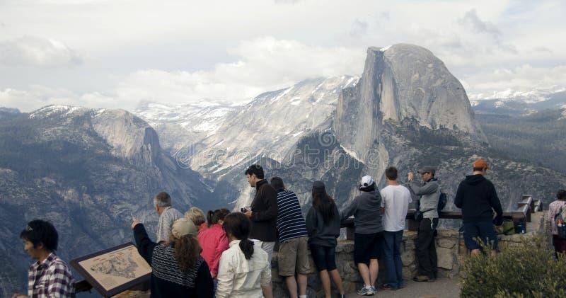 halfdome turystów przeglądać zdjęcia stock