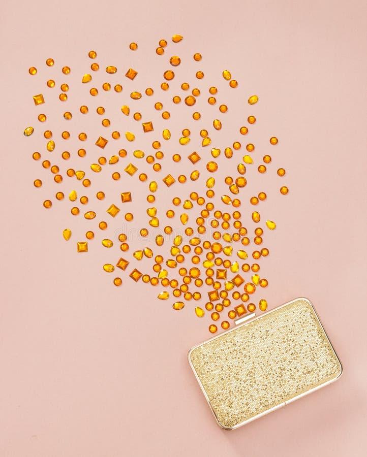Halfedelstenen die uit een gouden beurs morsen royalty-vrije stock foto's