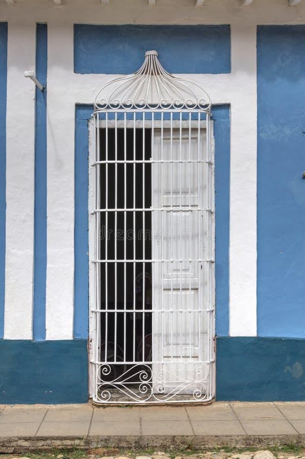 Halfopen deur in Trinidad, Cuba stock afbeelding