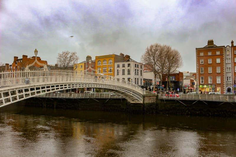 Halfpenny brug in Dublin Ireland, de beroemde vlek van de toeristenfoto royalty-vrije stock fotografie