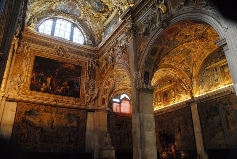 Halfrond glasvenster in de kathedraal in hoog Bergamo stock foto's
