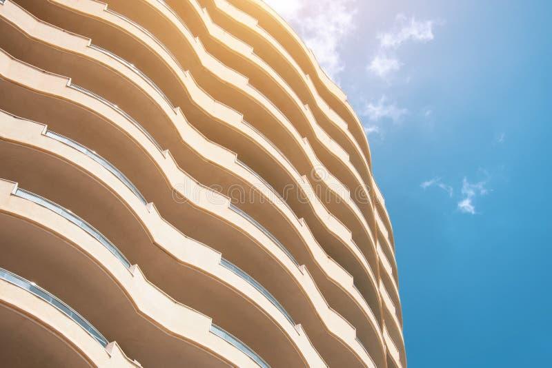 Halfronde balkons van een high-rise gebouw met meerdere verdiepingen royalty-vrije stock afbeeldingen