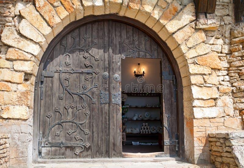 Halfronde houten deur met metaal het eindigen stock fotografie