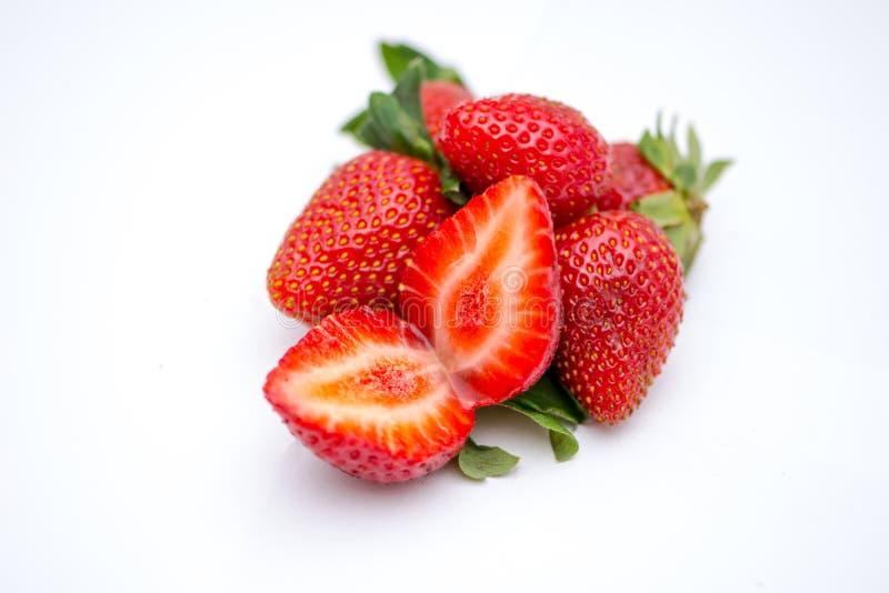 2 halfs зрелого strawbery на белой предпосылке стоковое фото rf