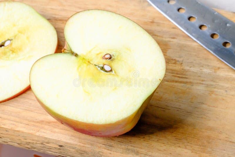 Halfs rode appel op houten stock foto's