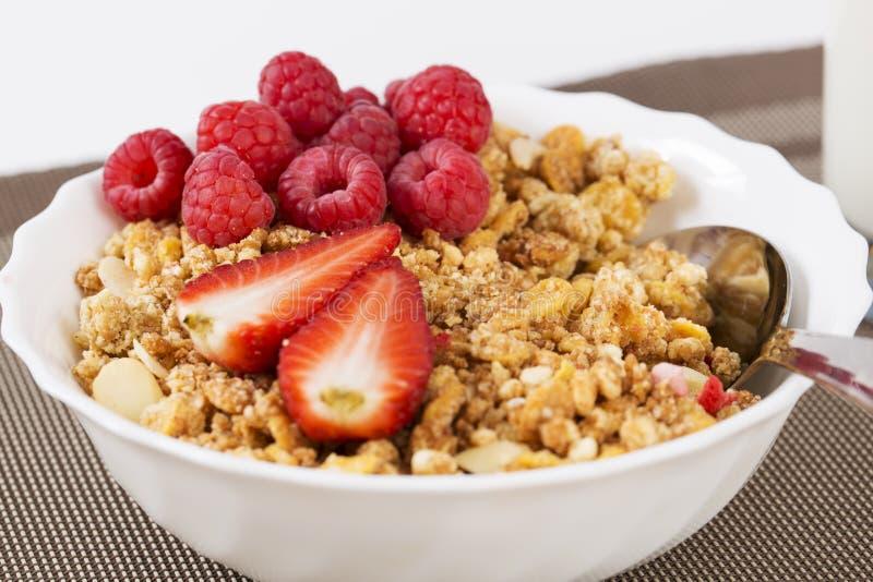 Halfs zumati di berrie sui cereali fotografie stock libere da diritti