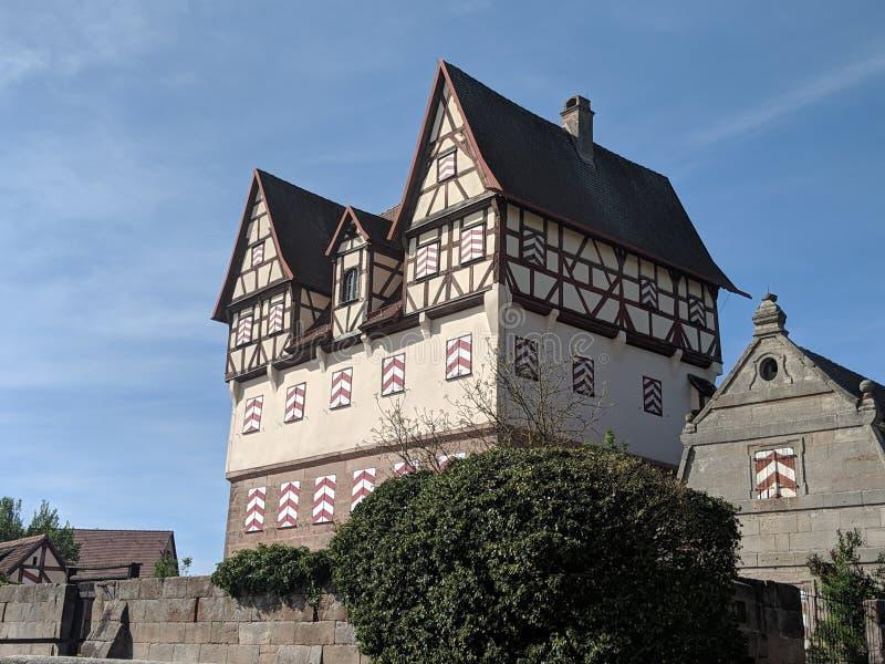 Halftimbered oud kasteel in dorp stock fotografie