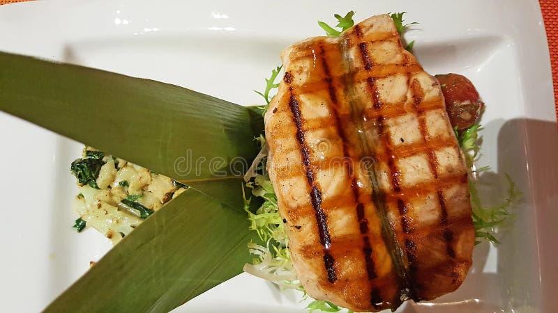 halibuta polędwicowy stek na liściach w Japońskim kumberlandzie, obraz stock