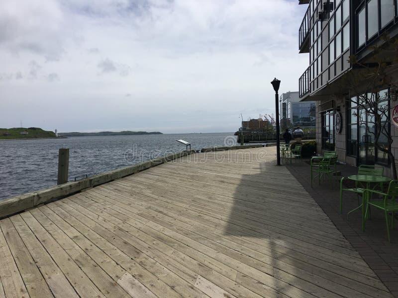 Halifax Harbourwalk nahe dem schönen Ozean an einem sonnigen Tag stockfotos