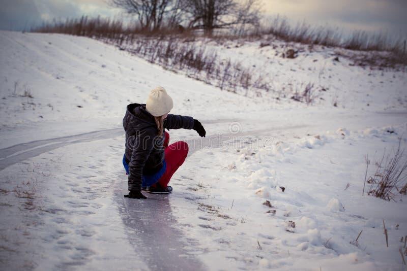 Halka på den hala isen och snöa på vägspåret på landet, i att frysa vinterdag arkivbilder