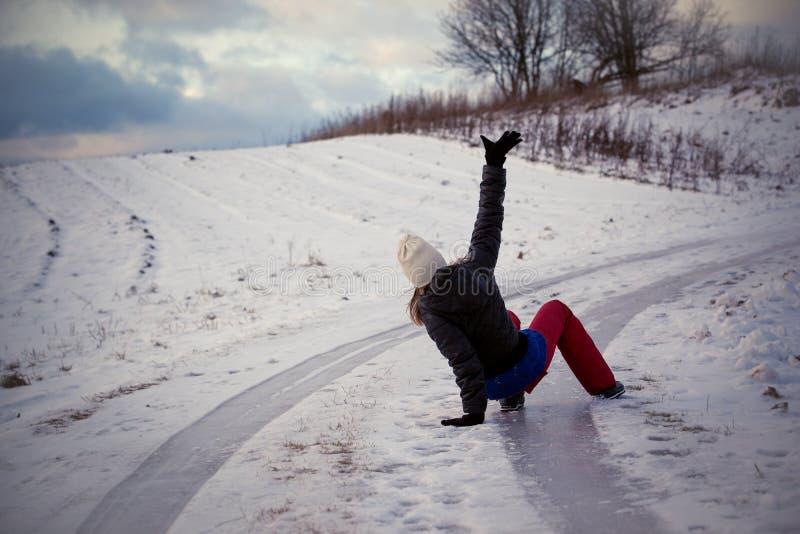 Halka på den hala isen och snöa på vägspåret på landet, i att frysa vinterdag royaltyfri foto