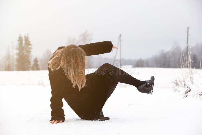 Halka på den hala isen och snöa på vägspåret på landet, i att frysa vinterdag royaltyfri bild