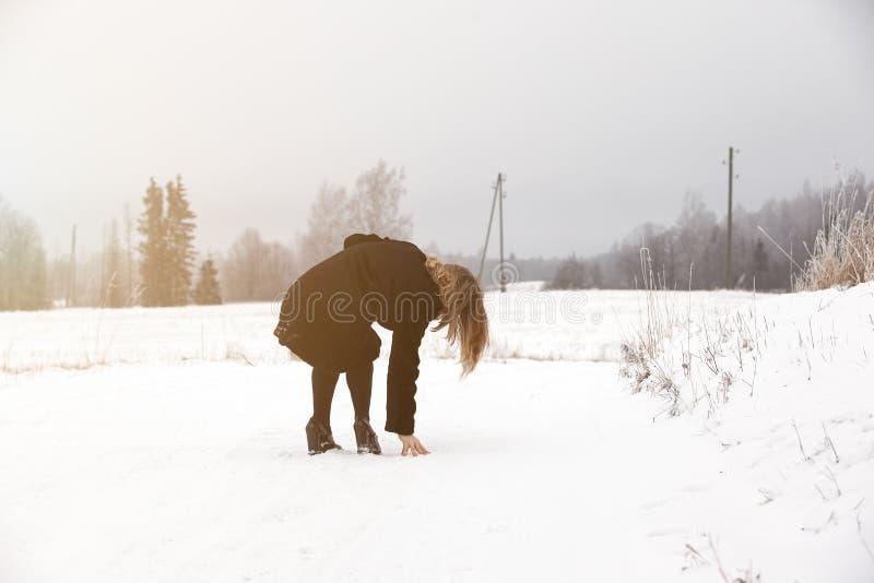 Halka på den hala isen och snöa på vägspåret på landet, i att frysa vinterdag fotografering för bildbyråer