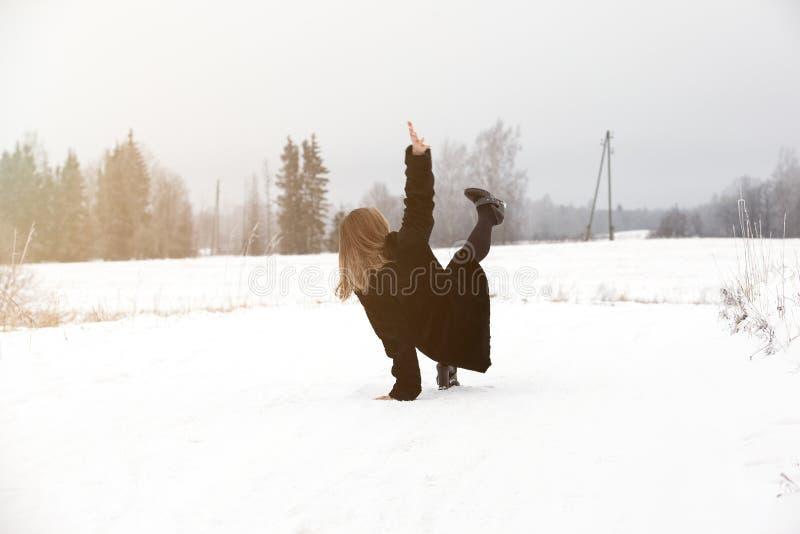 Halka på den hala isen och snöa på vägspåret på landet, i att frysa vinterdag arkivbild