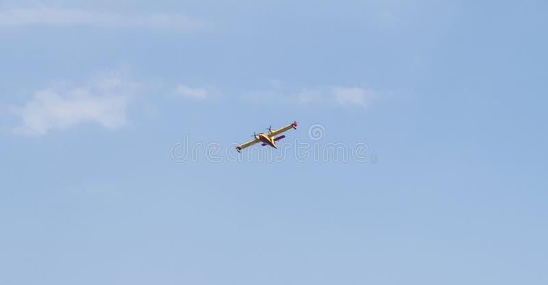 Halkidiki, Griechenland - 25. Juni 2016 Canadair, die von N zurückkommt Marmaras-Feuer lizenzfreie stockfotografie